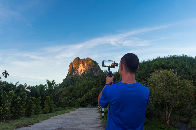 Tech Gadgets Commonly Used By Digital Marketers - Using a gimbal with smartphone